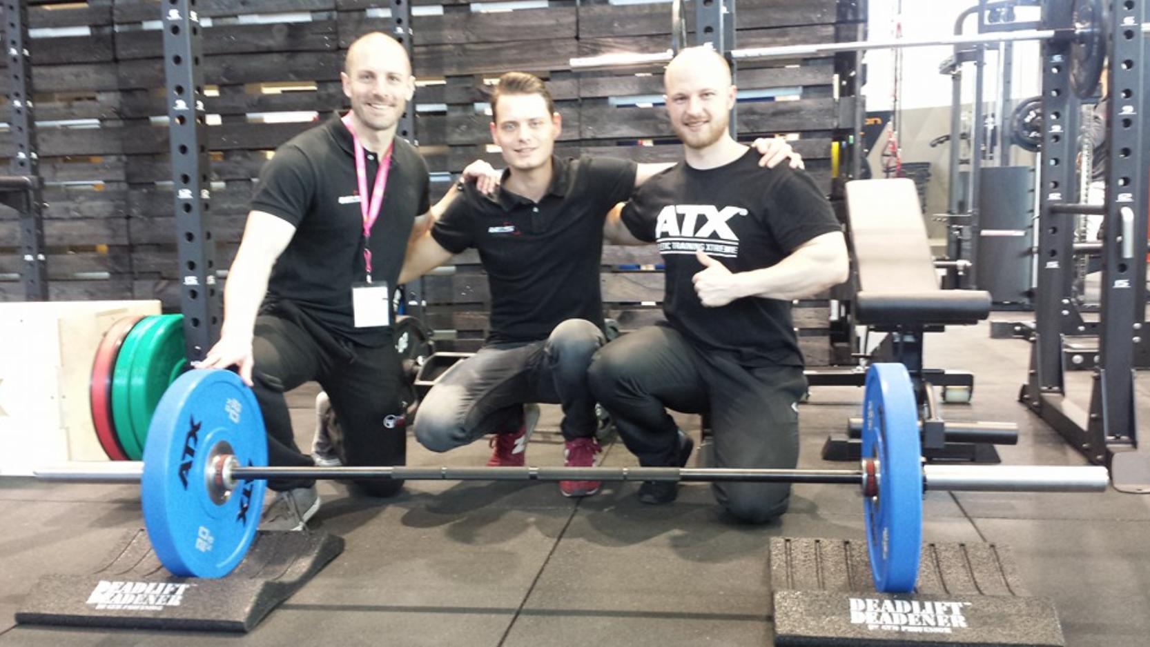 """FIBO 2016, mit Matt """"Gym Professor"""" Beibringe und Marvin Jeunessen von """"Fitness Seller"""". Im Bild die Sumo Bar von ATX und die Deadlift Deadener 500."""
